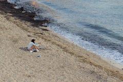 日落的女孩在海滩在盖利博卢半岛,意大利 免版税库存照片