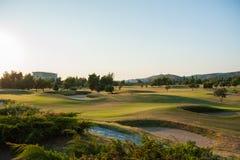 日落的,空的高尔夫俱乐部高尔夫球场 库存照片