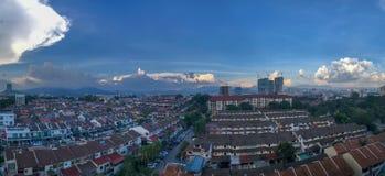 日落蓝色多云天空都市白天高层建筑物地平线建筑 库存图片