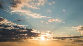日落Timelapse与天空蔚蓝和云彩的 在日落,timelapse的美丽的热带天空 影视素材
