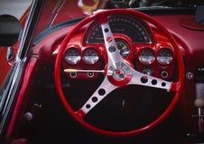 旧车改装的高速马力汽车红色轻武装快舰刺激光线 免版税库存图片