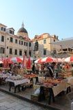 早晨市场在老镇杜布罗夫尼克克罗地亚 免版税图库摄影