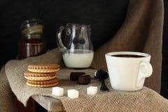 早晨咖啡在村庄 免版税库存图片