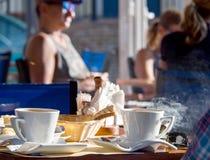 早晨早餐用在一个咖啡馆的希腊咖啡在Kefalonia,希腊海岛上  免版税库存图片