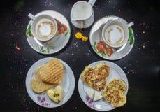 早餐在情人节-以心脏coffe和牛奶的形式油煎的omelete、面包,苹果和白色乳酪 顶视图 免版税图库摄影