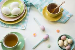 早餐用复活节彩蛋和茶在明亮的颜色 免版税库存照片