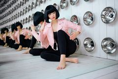 时尚畸形人 魅力综合性女孩、假玩偶有空的神色的和短的黑色头发在演播室坐 时髦 免版税库存图片