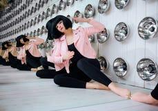 时尚畸形人 魅力综合性女孩、假玩偶有空的神色的和短的黑色头发在演播室坐 时髦 免版税库存照片