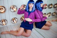 时尚畸形人 魅力综合性女孩、假玩偶有空的神色的和蓝色头发在演播室坐 时髦 免版税库存图片