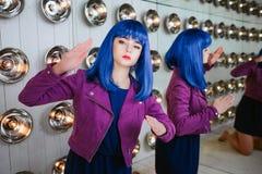 时尚畸形人 魅力综合性女孩、假玩偶有空的神色的和蓝色头发画象在演播室坐 图库摄影