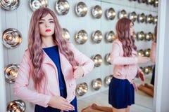 时尚畸形人 魅力综合性女孩、假玩偶有空的神色的和长的淡紫色头发在演播室坐 时髦 免版税库存照片