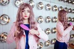 时尚畸形人 魅力综合性女孩、假玩偶有空的神色的和长的淡紫色头发拿着桃红色发刷和 免版税库存图片