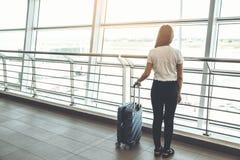 旅客妇女和行李在机场终端旅行概念 免版税库存照片