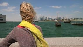 旅游妇女在多哈市 影视素材