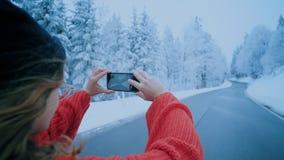 旅行博客作者influencer女孩做照片冬天 股票录像