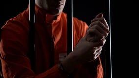 摩擦腕子、残忍的条件和酷刑在监狱的手铐的囚犯 图库摄影