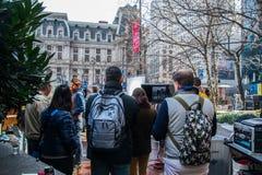 摄制在城市街道上的电影制作乘员组一商务 免版税库存照片