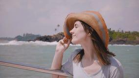 摆在为在使晴朗的海手段小船游览惊奇的照相机的特写镜头愉快的年轻美丽的白种人旅游妇女 股票录像