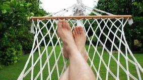 摇摆在吊床的一个人在热带庭院 旅行和假期概念 股票录像