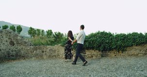 悦目年轻夫妇有散步通过老镇在意大利,一起花费浪漫时间的他们 影视素材