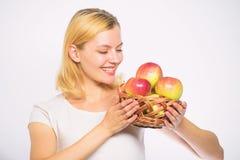 您的饭食的大部分将包括苹果 女孩举行篮子有苹果白色背景 新陈代谢和 免版税库存图片