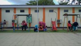 操场在公开区域,儿童的晴朗的夏天休假 库存照片