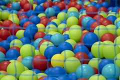 操场的五颜六色的球的细节 库存照片