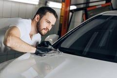 擦亮的技巧,技能 汽车抛光的技巧和技术 免版税库存照片