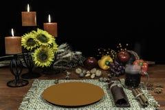 感恩一个的装饰设置与蜡烛光 图库摄影