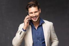 愉快的人与电话 免版税库存图片