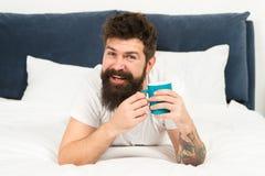 愉快的人享用早晨咖啡 新鲜的咖啡 愉快的早晨 有胡子的人饮料早晨咖啡 愉快的有胡子的人在床上 免版税库存图片