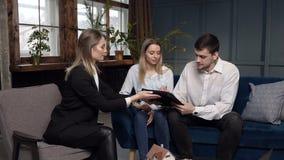 愉快的年轻购买的,销售房子夫妇签署的合同,平展 影视素材