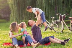 愉快的童年-培养他的男孩的父亲  免版税库存照片
