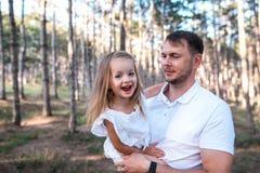 愉快的获得父亲和的女儿乐趣户外 免版税库存照片