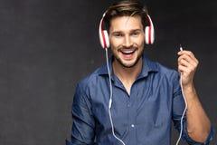 愉快的耳机人 听的音乐 免版税库存照片