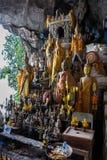 数百在朴Ou洞,琅勃拉邦里面的菩萨雕象在老挝 免版税库存图片