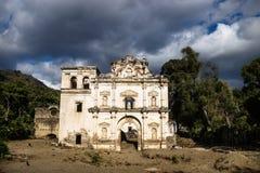 教会在剧烈的cloudscape,安提瓜,危地马拉下的fasade废墟 库存图片