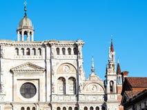 教会切尔托萨迪帕维亚门面和塔  免版税库存照片