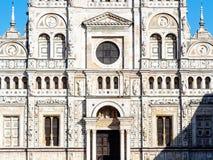 教会正面图在切尔托萨迪帕维亚 免版税图库摄影