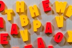 教的信件孩子斯拉夫语字母或拉丁语 免版税库存照片