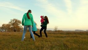 慢的行动 一个运动,健康家庭的概念 孩子和母亲戏剧橄榄球在领域 使用与的幸福家庭 股票录像