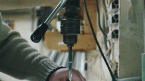 扭转钻子的把柄手的特写镜头 金属钻井 股票视频