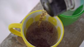托起的倾吐的茶从热水瓶 股票视频