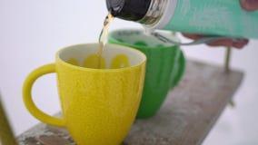 托起的倾吐的茶从热水瓶 股票录像