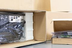 打开黑个人计算机,后面看法,玻璃纸包装 桌面硬件零件的许多箱子 图库摄影