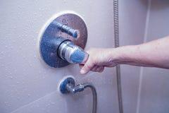 打开阵雨的亚洲资深或年长老妇人妇女耐心用途洗手间卫生间在护理的医院病房里 库存照片