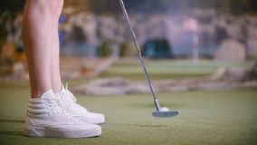 打微型高尔夫球的年轻女人户内 股票录像