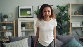 打手势恼怒的非裔美国人的妇女画象叫喊和表现出站立消极的情感用现代公寓 影视素材