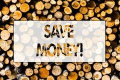 手写文本存金钱 概念意思减少费用由收入木背景葡萄酒木头做资金 免版税库存图片