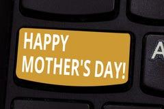 手写文本愉快的母亲S是天 概念纪念妈咪和庆祝母性键盘的意思庆祝 图库摄影